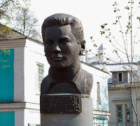 1987-1988 «Портрет поэта-фронтовика Н.Майорова», бронза. (Оригинал находится в Литературном Сквере в г. Иваново)