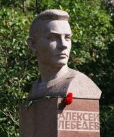 1988 «Портрет поэта-фронтовика мариниста А.Лебедева», красный гранит. (Оригинал находится в Литературном Сквере в г. Иваново)
